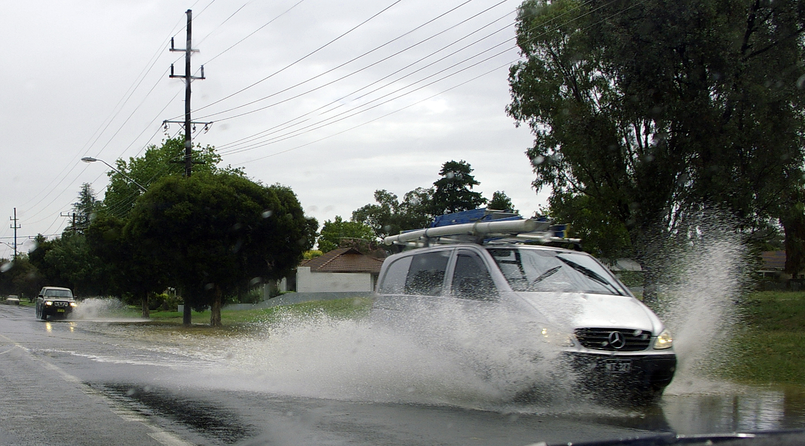 Two_vehicles_aquaplaning